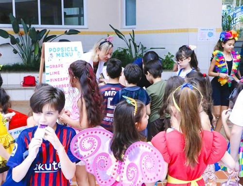 Estudantes aprendem língua estrangeira e se divertem no Carnaval